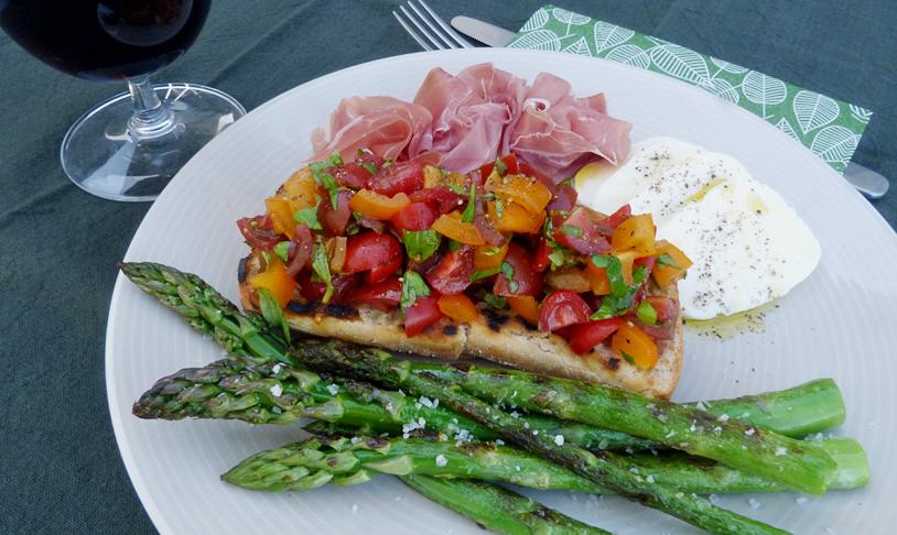 Bruschetta med grillad sparris, prosciutto och mozzarella