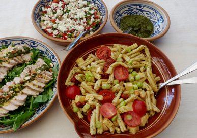 Kycklingfilé, pastasallad och kikärtssallad