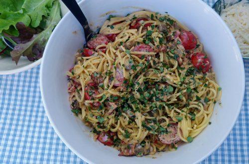 Krämig pasta med bacon, champinjoner, tomater och chili
