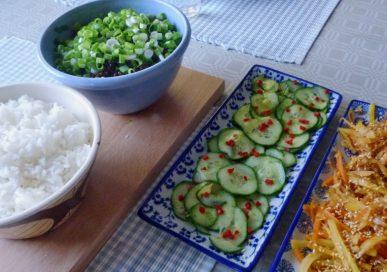 Färs med mynta, asiatisk gurka och wokade grönsaker