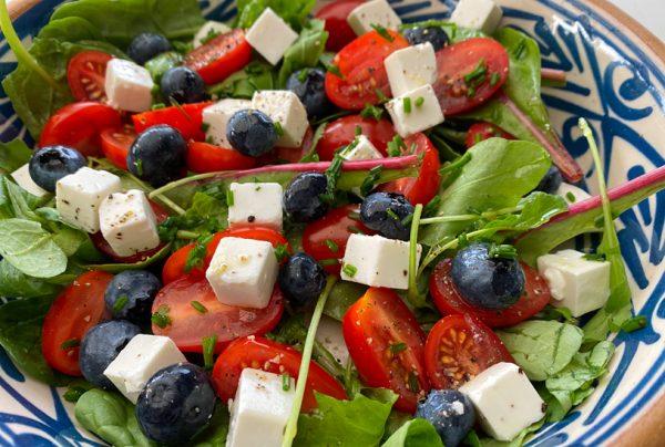 Sallad med fetaost och blåbär